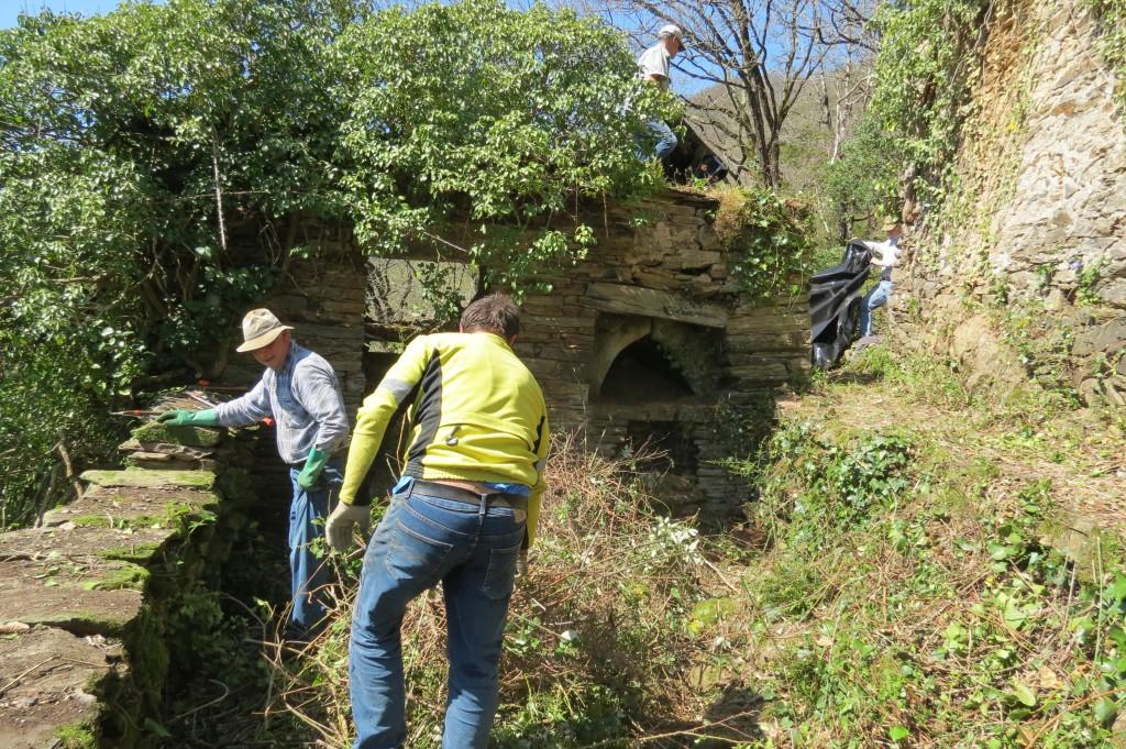 débroussaillage dans le village abandonné de Roucairols